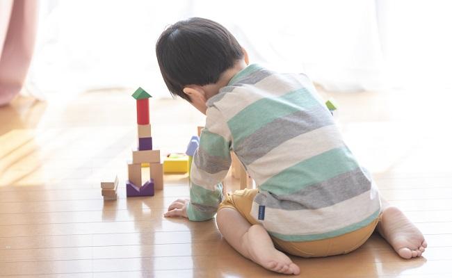 おもちゃで遊ぶ男児