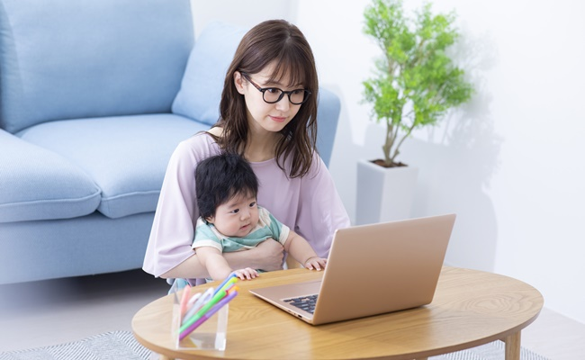 子供とオンラインで参加するお母さん