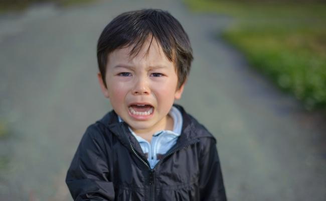 大泣きする男の子