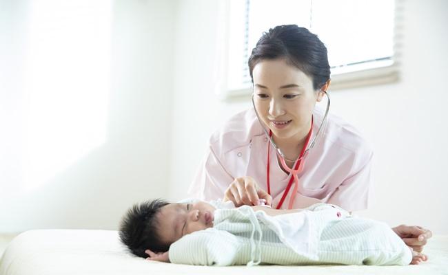 手術前の赤ちゃんと看護師さん