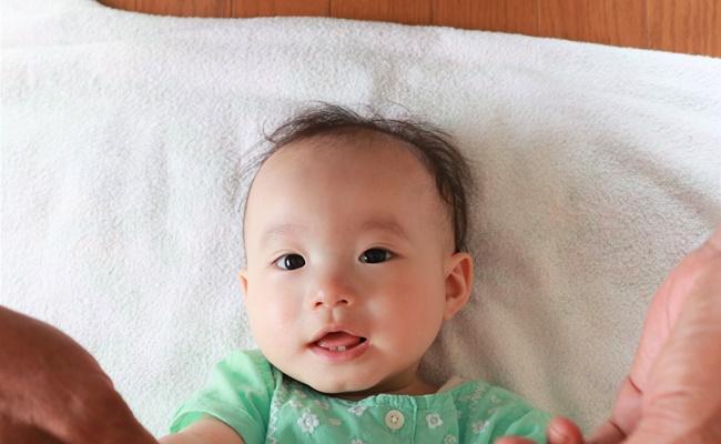 歯がちょこんと見える赤ちゃん