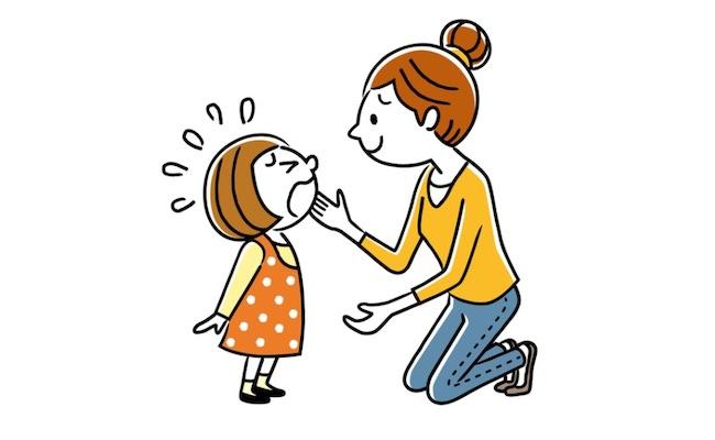 泣いている子どもを見守るママのイメージ