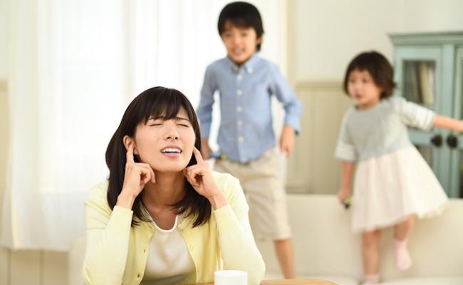 子どもにイライラする母親のイメージ
