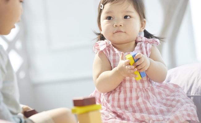 おもちゃで遊ぶ子どものイメージ