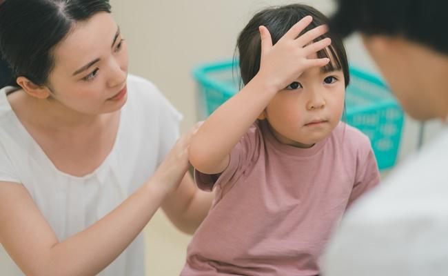 病院での親子と先生