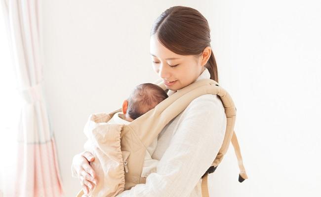 抱っこ紐を使用するママ