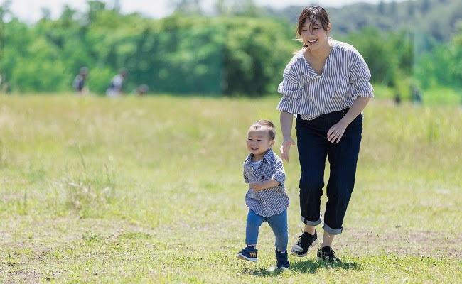 子供を追いかけるママ