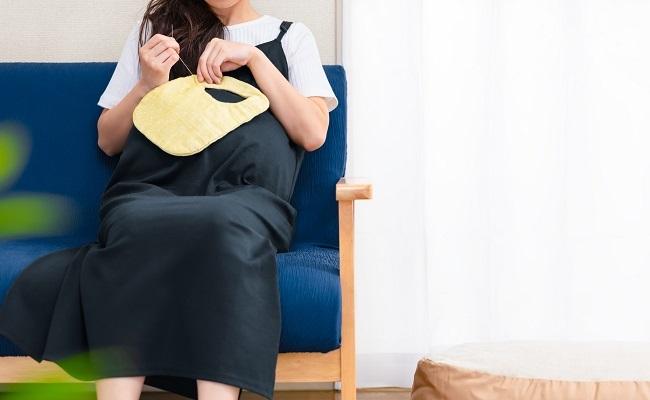 スタイを手作りする妊婦さん