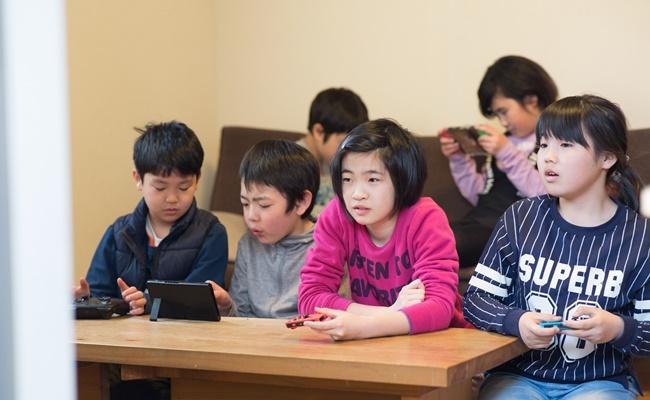 ゲームをする小学生