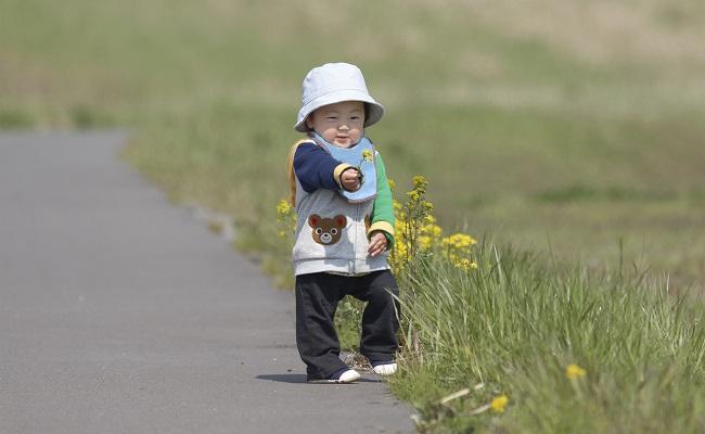 散歩する赤ちゃん