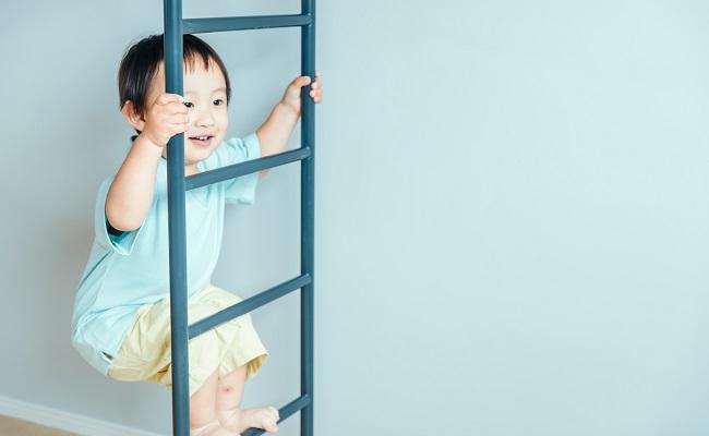 はしごを登る男の子