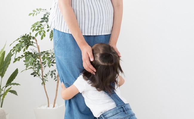 妊婦さんに子どもが甘えている所