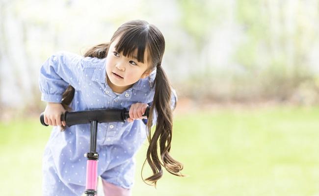 自転車の練習をする女児