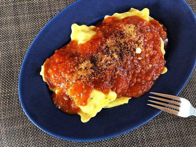 業務スーパー グランラビオリチーズ&バジルにトマトソースをかけて