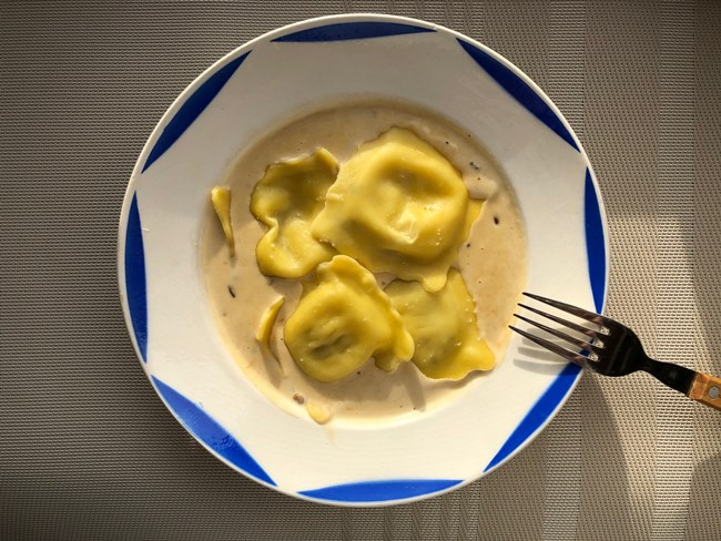 業務スーパー グランラビオリ ポルチーニ茸にクリームソースをかけて