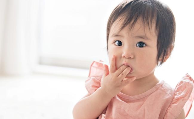 「指しゃぶりはやめさせなくていいです」その理由とは?【3児ママ小児科医のラクになる育児】