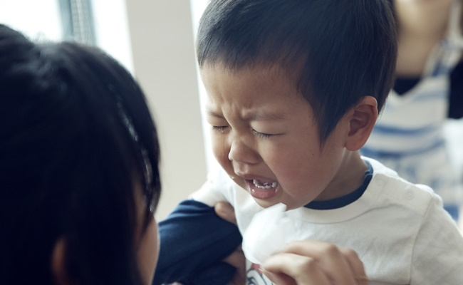 泣く男の子のイメージ