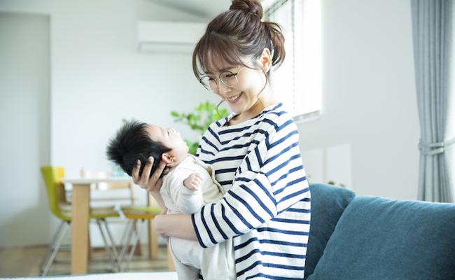 赤ちゃんを抱っこするママのイメージ