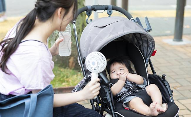 ハンディファンで熱中症対策するママと赤ちゃんのイメージ