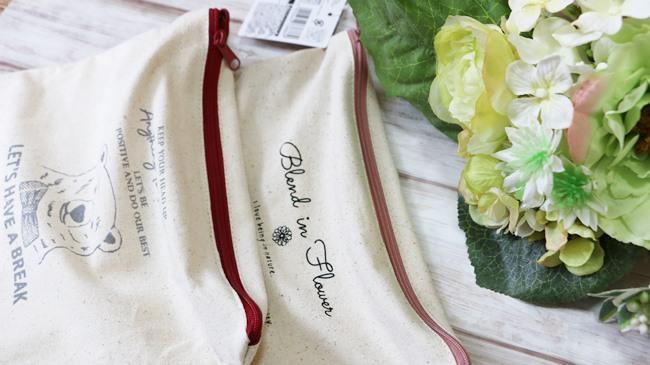 巾着と同じイラストのポーチは、ファスナーの色までかわいい♪