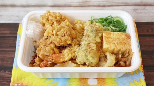 ボリュームがヤバイ!「4種の天ぷらと定番おかずのうどん弁当 620円(税込)」