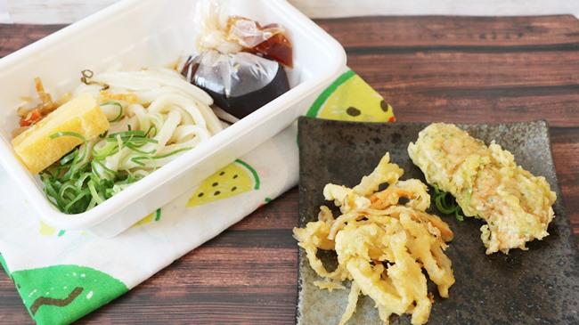 この値段はスゴイ!「2種の天ぷらと定番おかずのうどん弁当 390円(税込)」