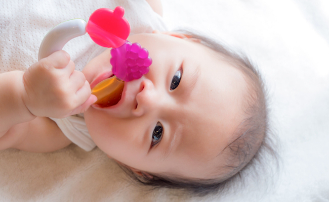 歯固めをかむ赤ちゃんのイメージ