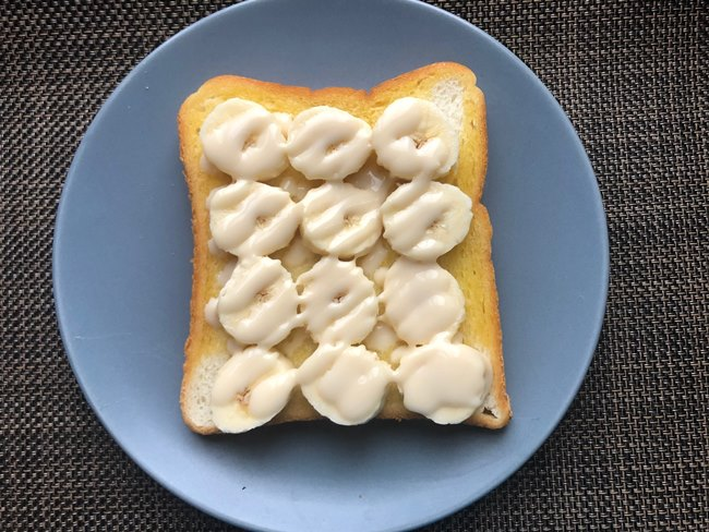 業務スーパー コンデンスココナッツミルクをバナナパンにかける