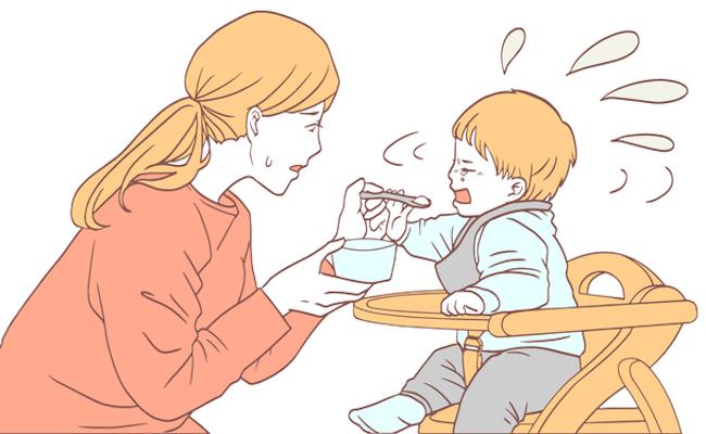 離乳食を食べさせるママのイメージ