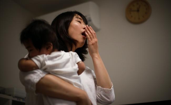 泣き続けて眠らない息子にぐったり…「イライラしてごめんね」翌朝、原因が判明し反省