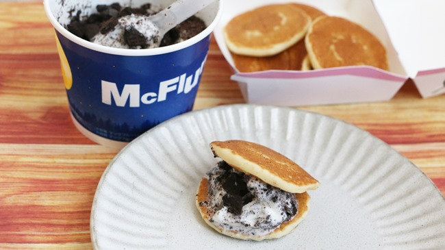 裏技2:「マックフルーリー超オレオクッキー×プチパンケーキ」でザクザクふわふわマリトッツォ