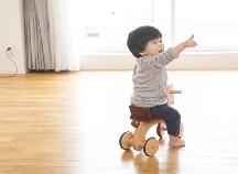乗り物好きに♡1歳ごろから乗って楽しめる!定番人気の「乗用玩具」3選