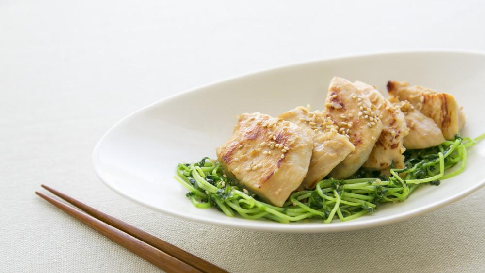 鶏ムネ塩麹の豆苗炒め